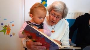Oma liest aus der Kinderbibel vor